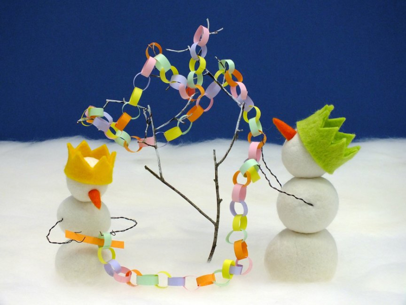 Snowpeople decorate their Christmas tree with paper chains